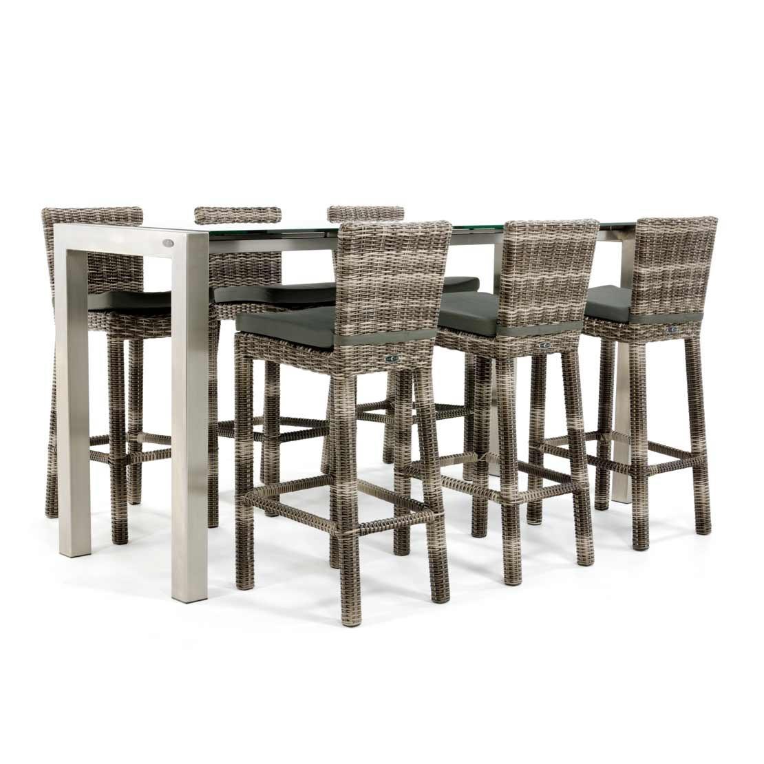 Bartisch aus Edelstahl mit Tischplatte aus Glas und Korbstühlen