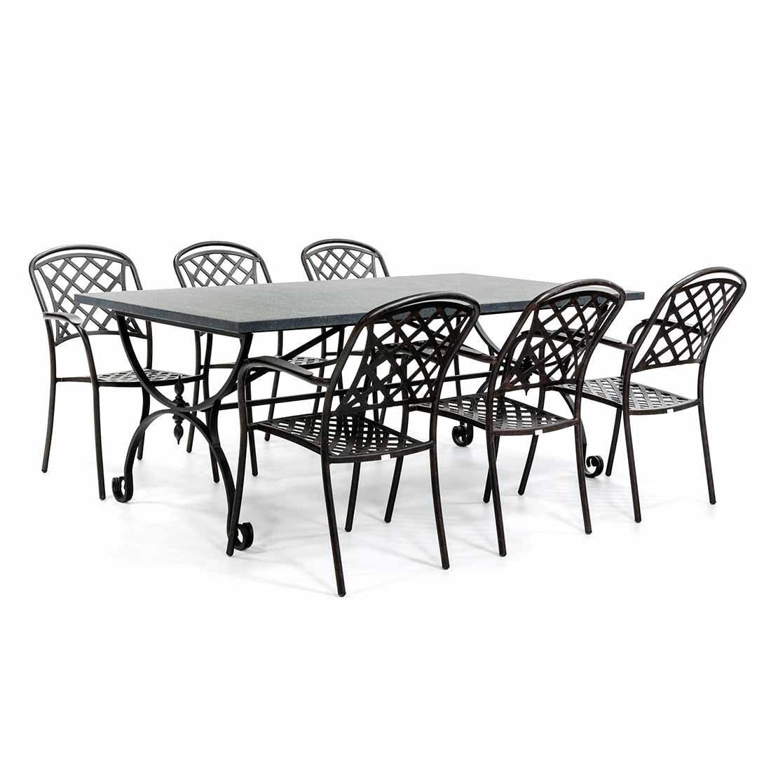 Steingartentisch mit klassischen Stühlen