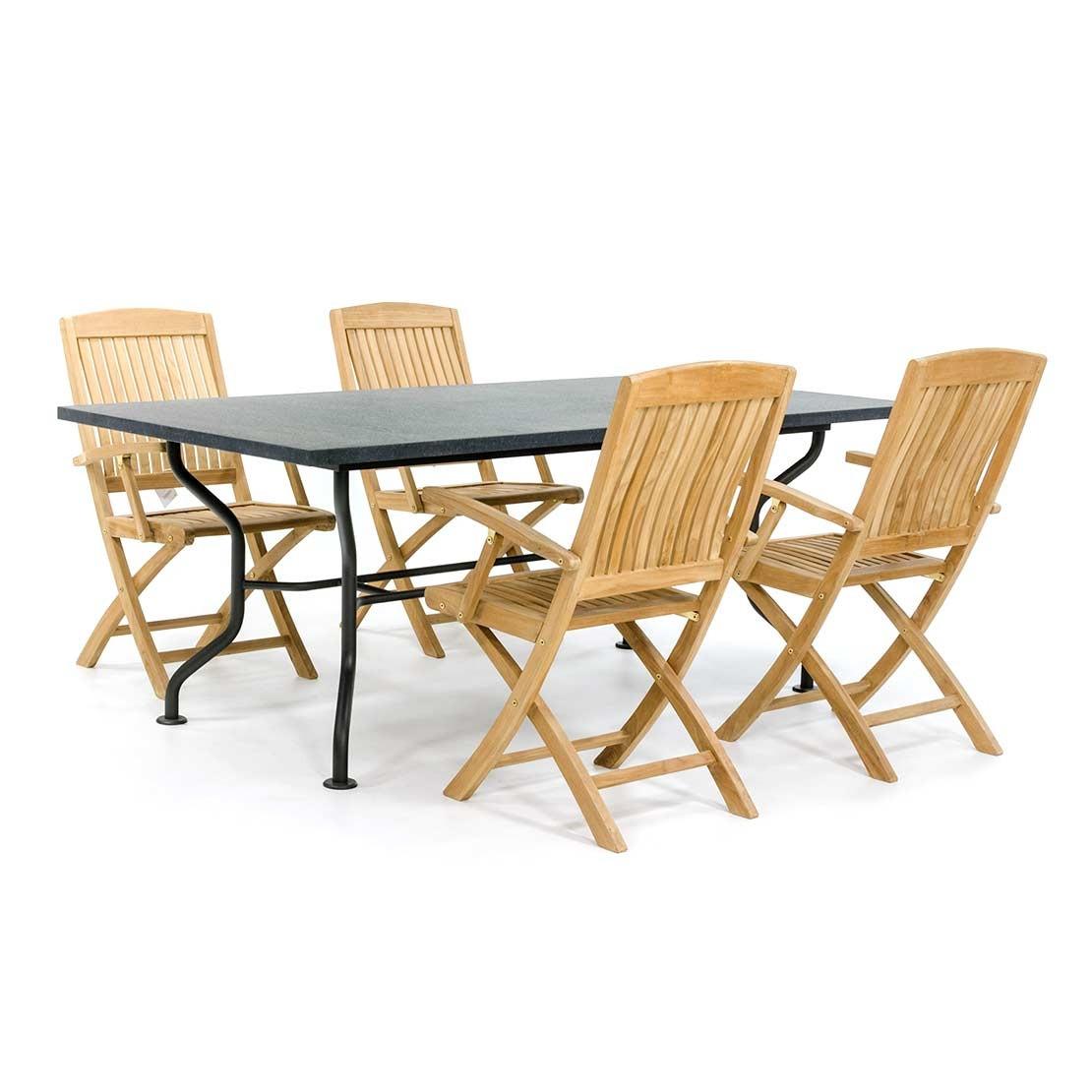 Steingartentisch mit hölzernen Gartenstühlen