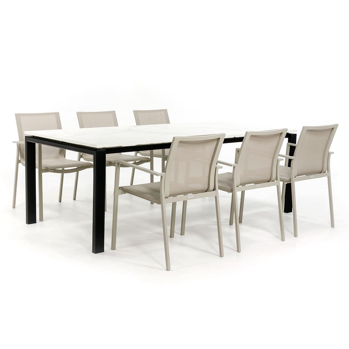 Moderner Gartentisch mit Dekton Platte und lackiertem Gestell