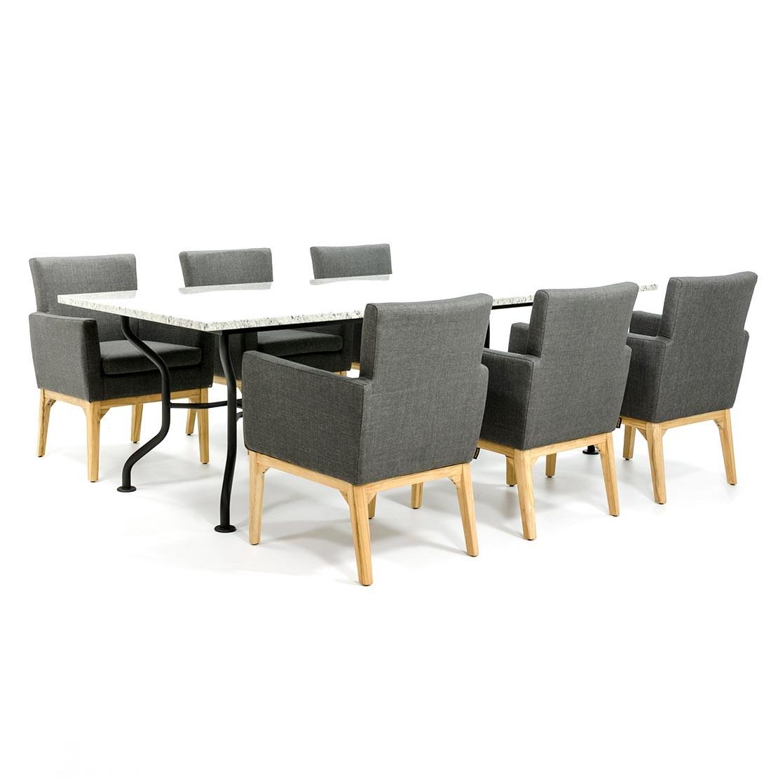 Schöner Gartentisch mit Steinplatte und Stoffstühlen