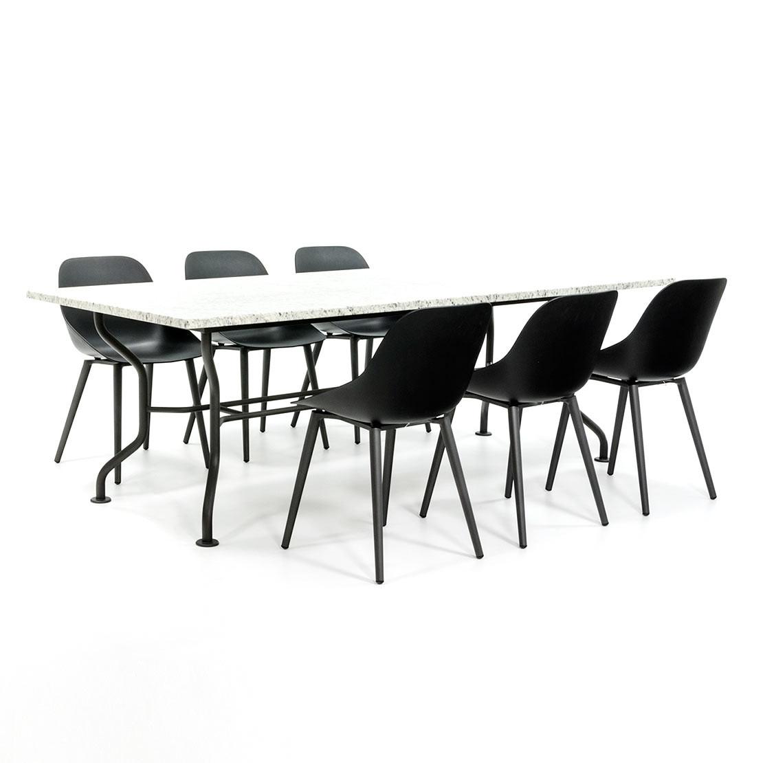Robuster Gartentisch mit Designerstühlen