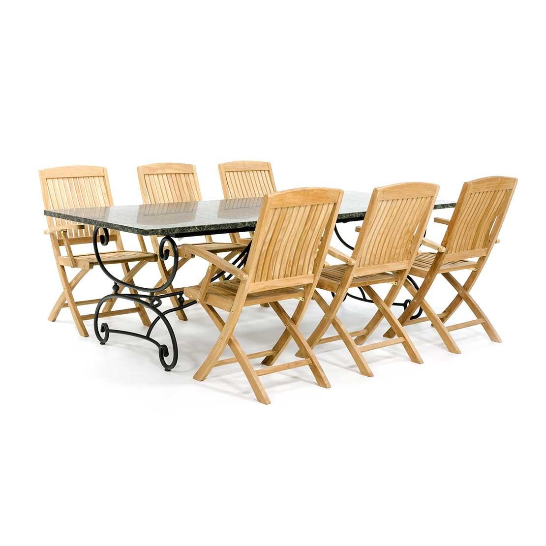 Klassischer Gartentisch mit Holzstühlen