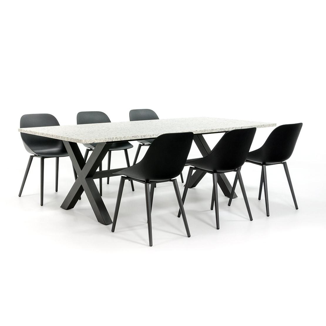 Industrielle Gartenmöbel mit modernen Stühlen