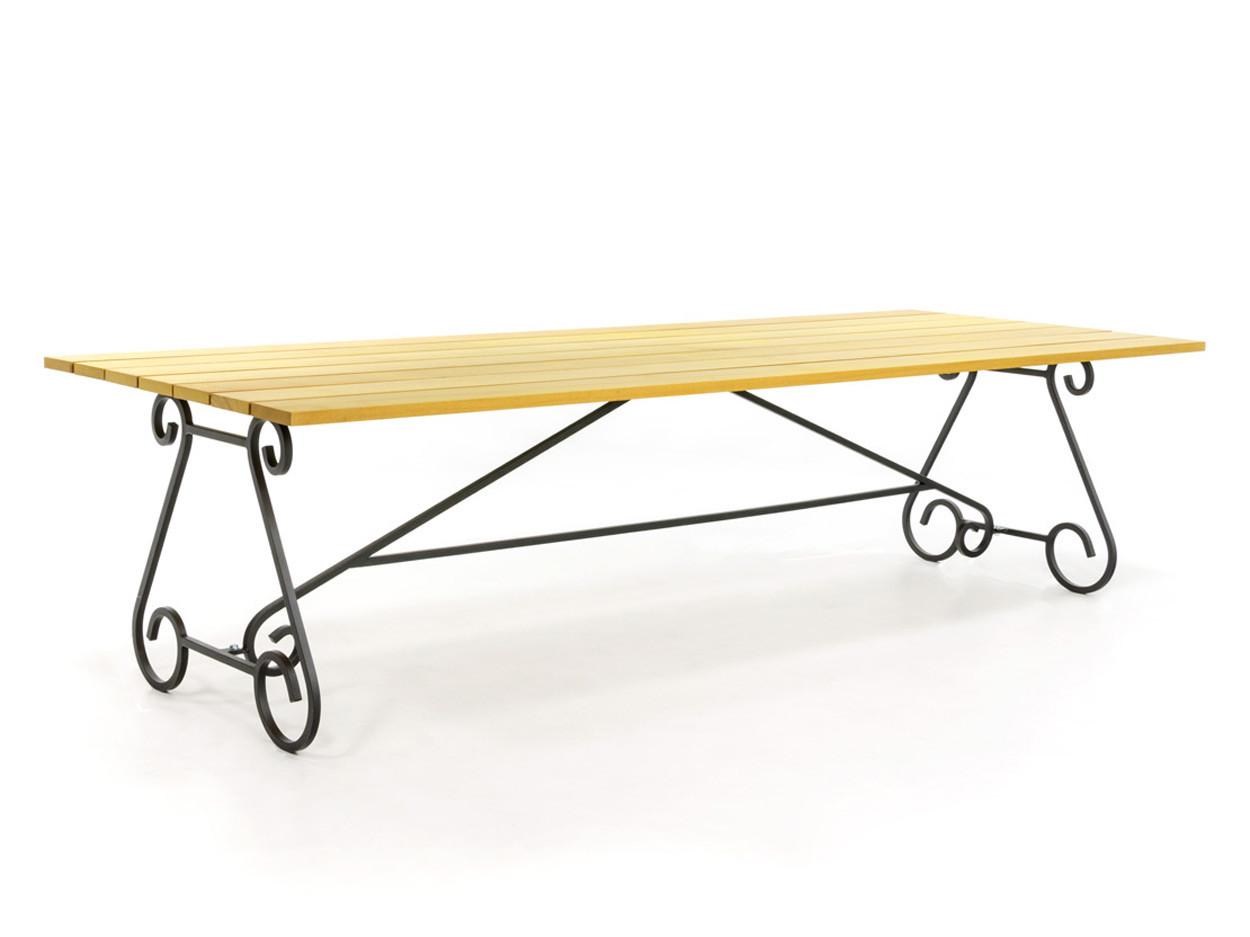 Gartentisch aus Holz mit schmiedeeisernem Beine