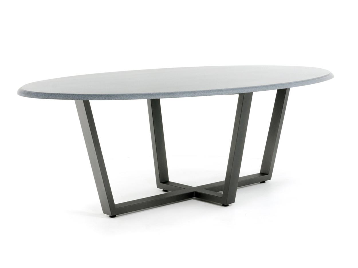 Ovale natuursteen tuintafel met nero impala granieten tafelblad en stalen onderstel