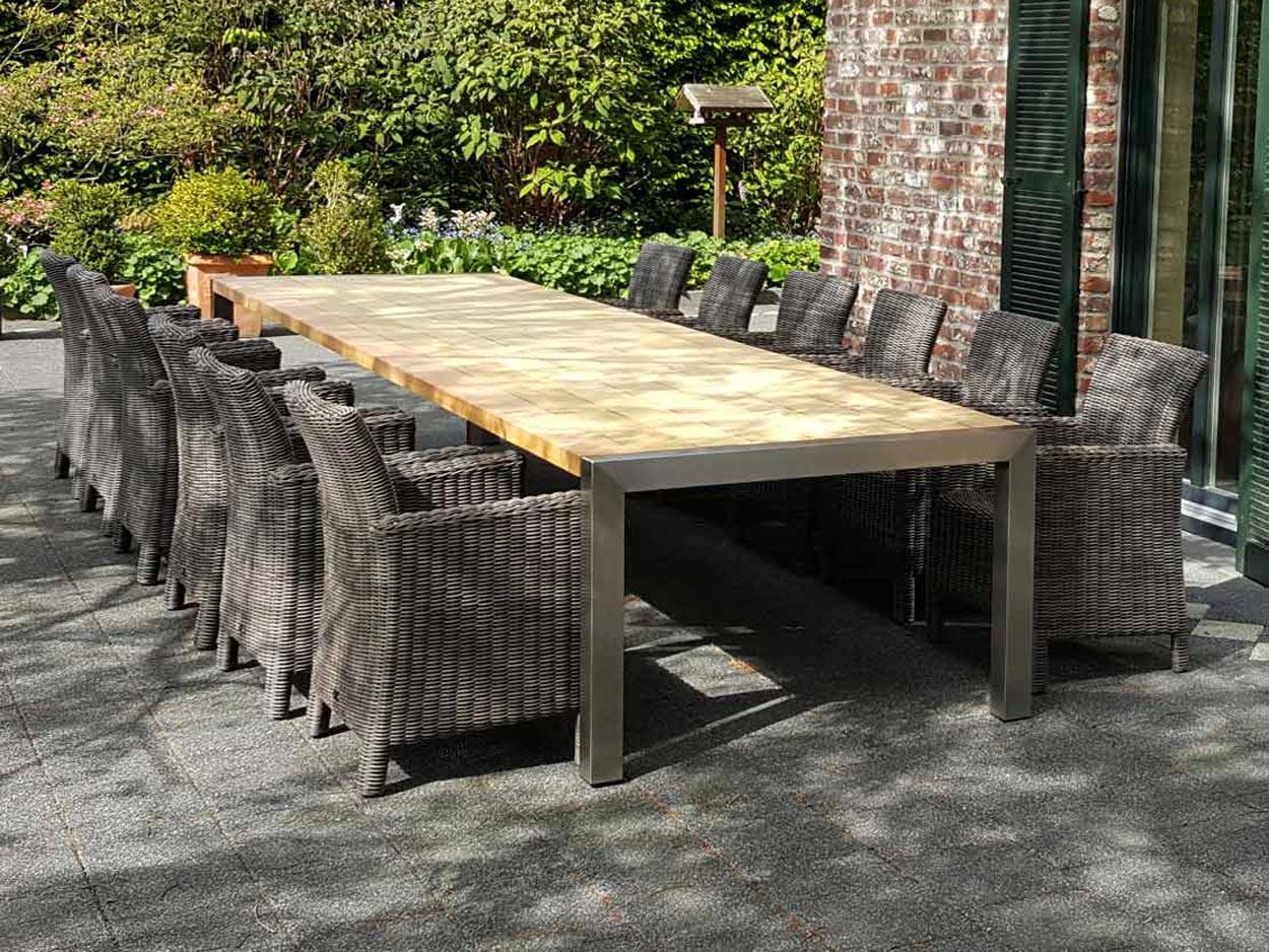 Großer Gartentisch aus Edelstahl mit Tischplatte aus Hartholz