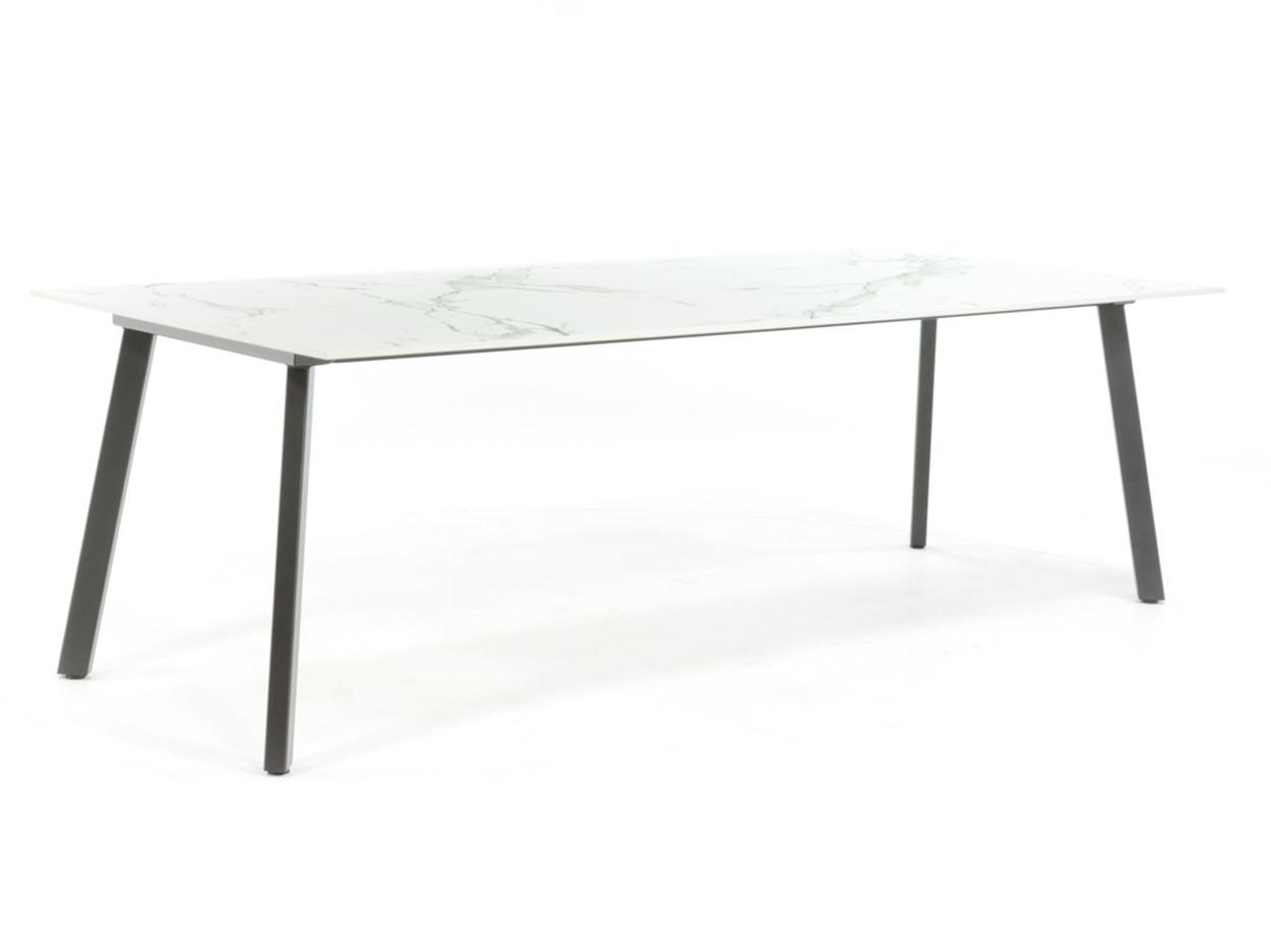 Industrieller Esstisch mit Dekton-Tischplatte