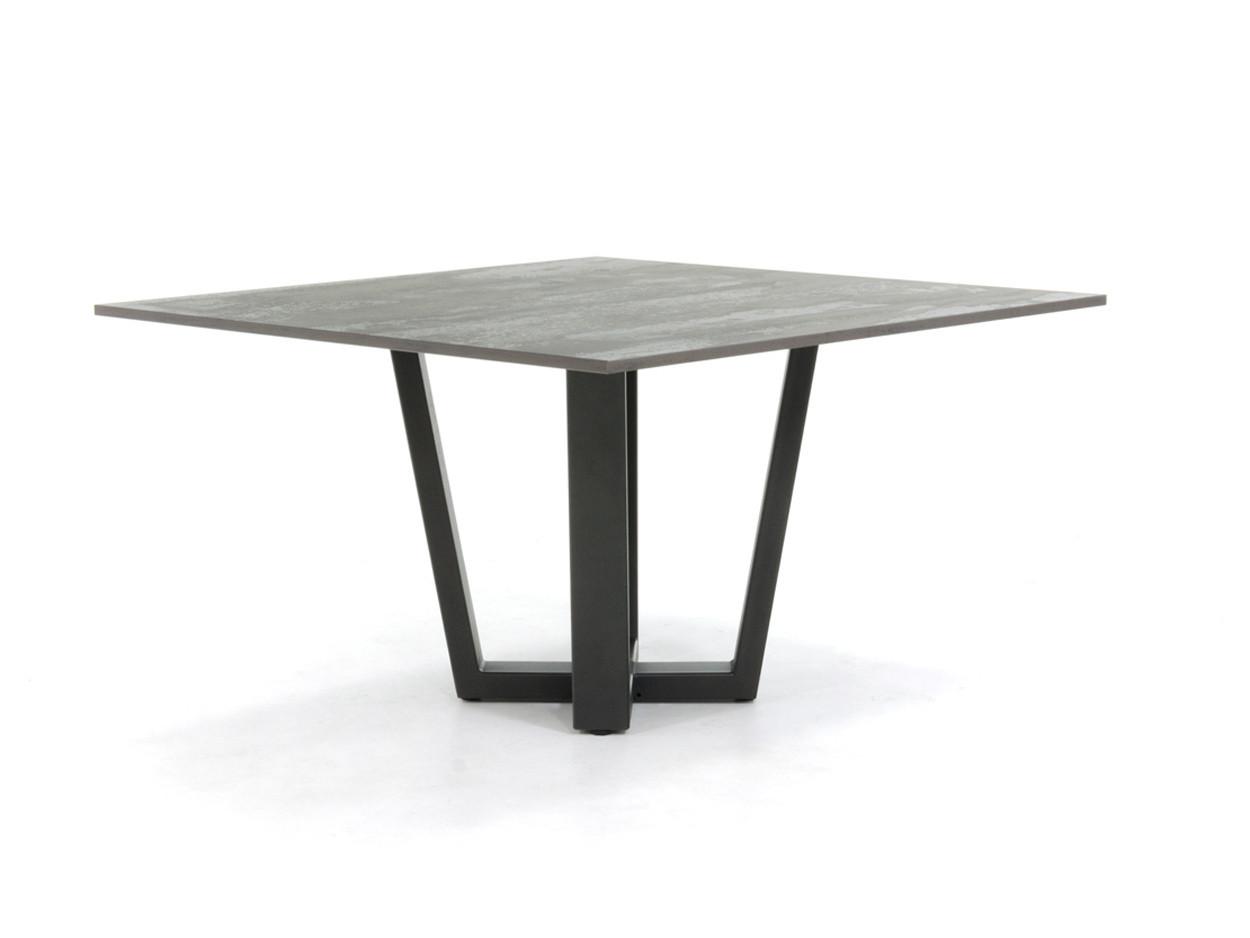 Dekton-Esstisch mit Industriestahl-Tischgestell