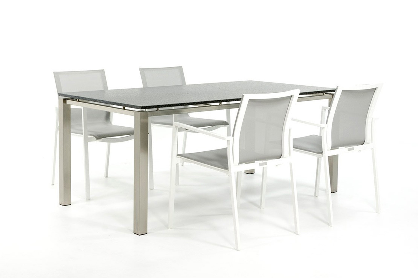 Gartentisch aus Edelstahl mit Granitplatte und weißen Gartenstühlen
