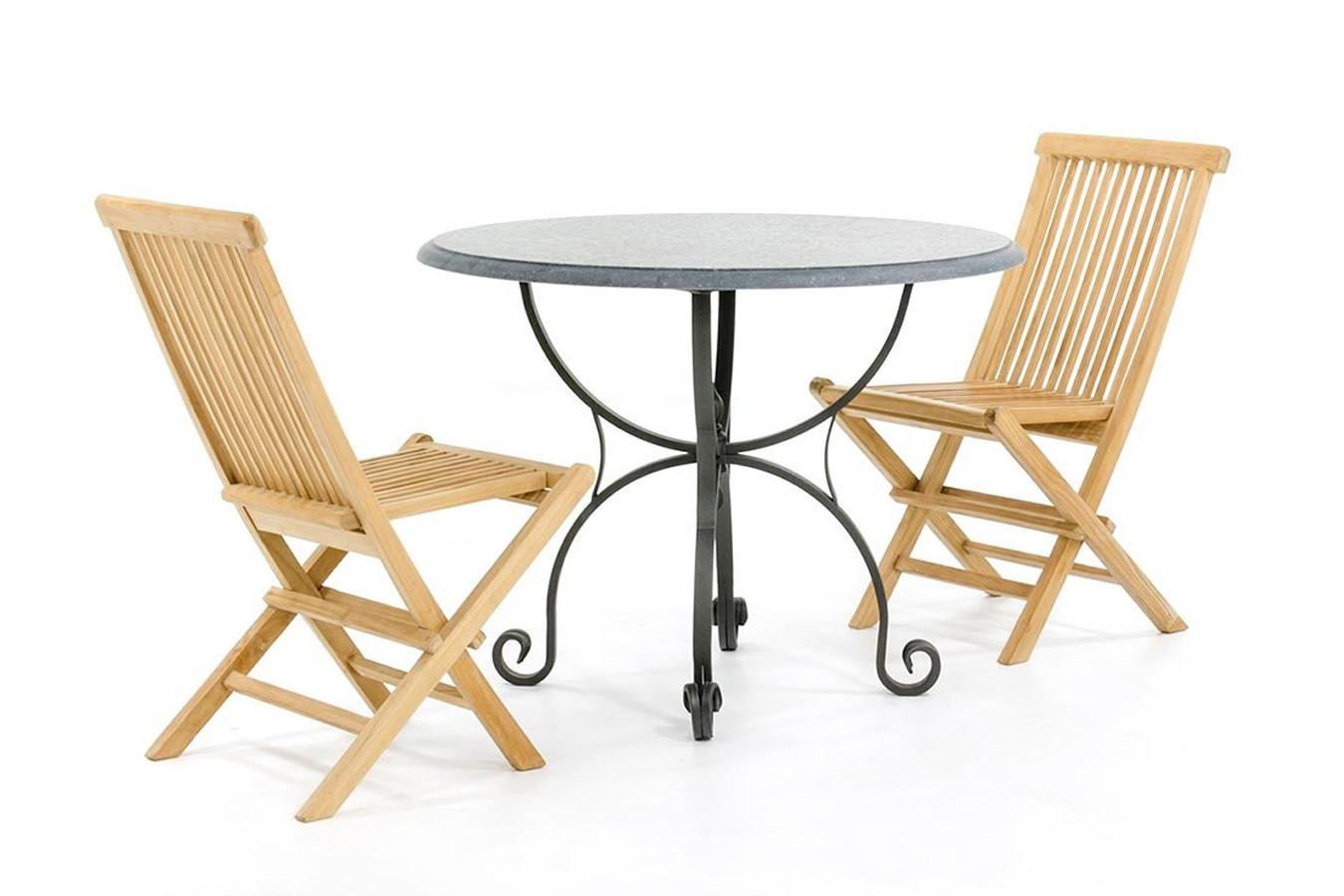 Kalkstein Gartentisch mit hölzernen Gartenstühlen