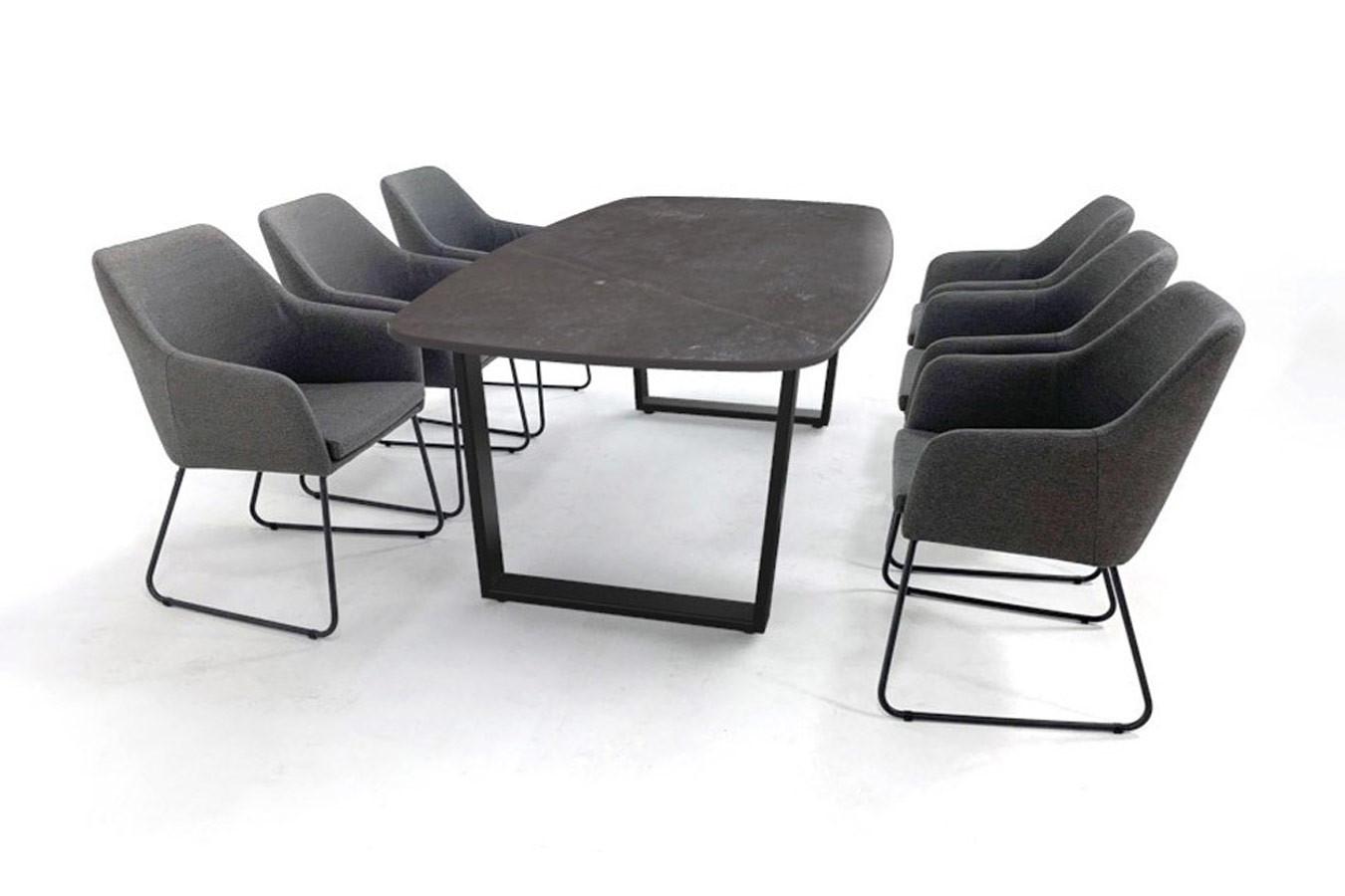 Bootsform Dekton fossil Esstisch mit schwarzem Tischgestell und sleepoot Stühlen