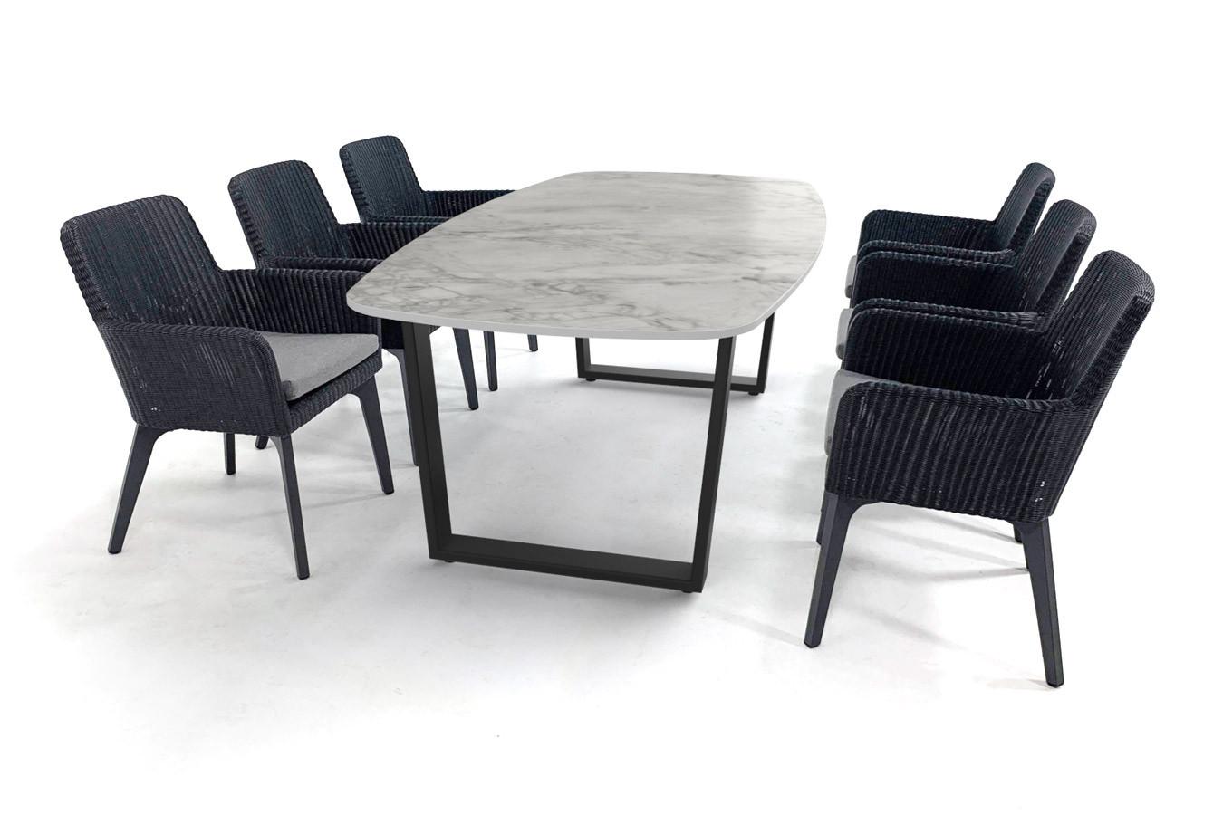 Dekton-Tisch in Marmoroptik mit schwarz beschichtetem Savona-Fuß und Lisboa-Stühlen